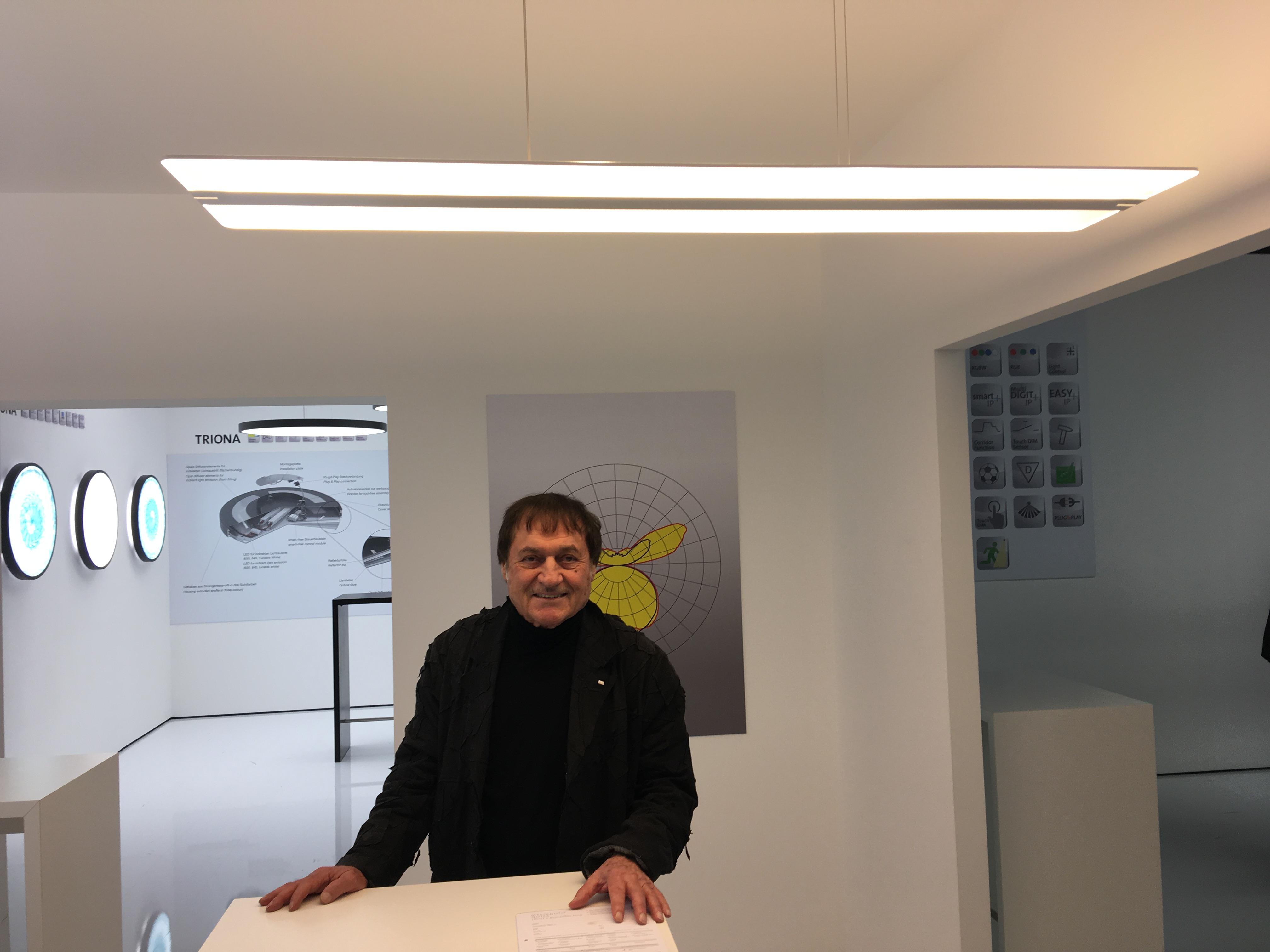 Der Designer Hartmut S. Engel präsentiert an der Light + Building das Produkt Twindot